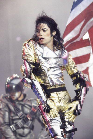 <p>1984年在洛杉磯道奇體育場表演,結合幾個他最喜歡的趨勢:豐富的光澤,軍式上衣(配有金色肩章)。</p>