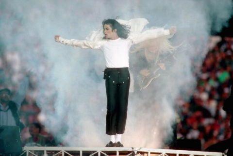 <p>他不僅完美詮釋流行元素,即使是簡單的黑白色,他也能從中展現細膩巧思,垂墜的襯衫、窄管九分褲、白色長襪,都成為年輕人的潮流指標。</p>