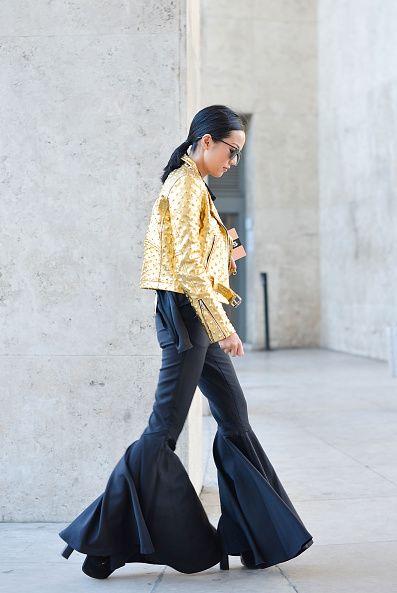 <p>2015年巴黎Rochas秋冬時裝秀上,Yoyo以金色外套搭配皮革長褲出席,誇張的褲管設計讓她充滿氣勢,再搭配上簡單的馬尾跟墨鏡,帥氣十足。  </p>