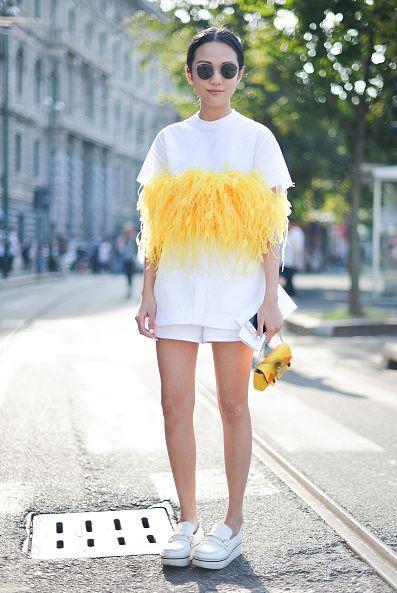 <p>Jil Sander時裝秀上,她選擇Dsquared的設計作為出席,衣服中間的黃色羽毛裝飾帶有一番趣味,搭配白色平底鞋,展現她個性女孩的活力。</p>