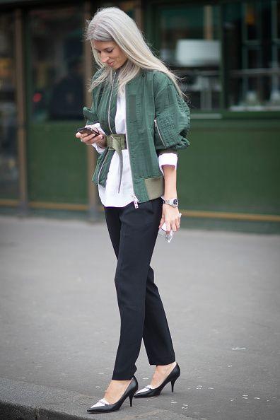<p>下身的西裝褲及黑白尖頭低跟鞋,正式具都會感,搭上一件綠色夾克為整體中和了正式感,夾克本身的腰帶很有特色,不對稱的繫在腰上,兼具了街頭帥氣的味道。</p>