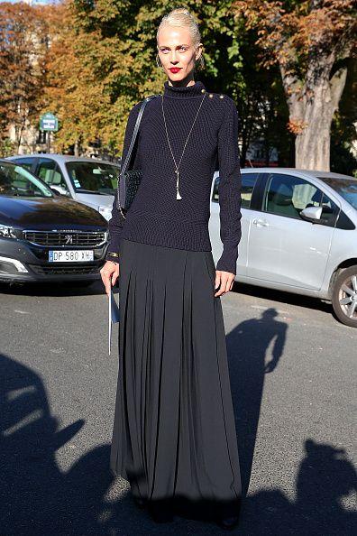 <p>穿上羅紋領毛衣和百褶長裙,Chloé 的單肩包和黑色皮鞋,一身黑的簡約低調,搭配上一條銀色長垂墜項鍊及大紅唇色讓整體跳脫出來,時尚別緻。</p>