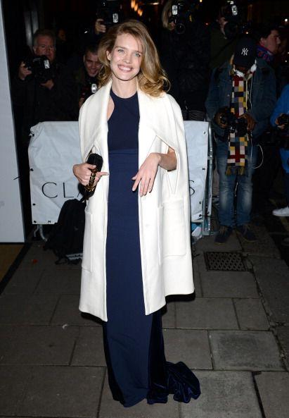 <p>一席削肩的深藍色長禮服,搭配具有設計感袖口的白色大衣,簡單的搭配將她的溫柔優雅完美演繹。</p>