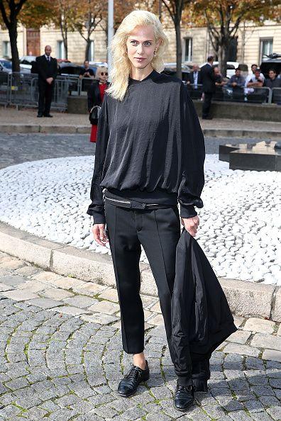 <p>以休閒感的黑色寬鬆帽T,搭上正式感的合身西裝褲,輕鬆彰顯混搭功力。</p>
