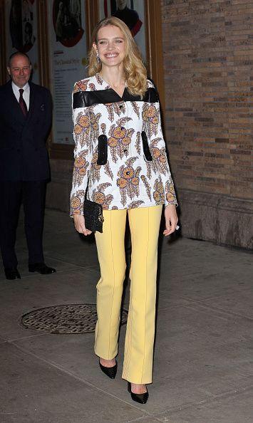 <p>        印花上衣配上黃色直筒褲,繽紛的搭配讓她顯得更加耀眼動人。</p>
