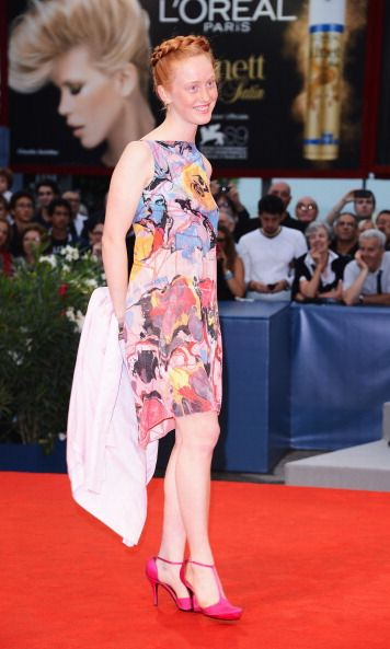 <p>威尼斯電影首映會上,India把辮子盤在頭上,搭配一件色彩斑斕的洋裝,洋裝上的油畫感充滿現代藝術氛圍,彷彿是她藝術家身份的宣示。  </p>