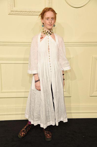 <p>純白長洋裝總是帶來飄逸感,豹紋厚底靴平衡了甜美。頸部露出的雙三角形設計上小小的櫻桃圖案,以及她的地球儀耳環,都透露出她年輕女孩的可愛。  </p>