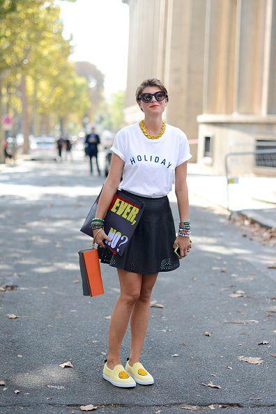 <p>簡單的白T、黑圓裙,Joshua Sanders的微笑休閒鞋和Kenzo公事包,整體街頭休閒,將Fendi手拿包隨興的繞在手腕,舉手投足間充滿魅力,藍色邊框的墨鏡與黃色項鍊為整體增添一筆色彩,可見其細節處毫不馬虎。</p>