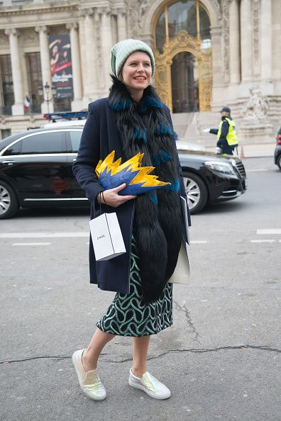 <p>喜歡復古圖騰花紋的她選擇了Dries Van Noten的圖騰印花裙,圍上一條同色系的Prada皮草增添奢華感,& Other stories的淺灰毛帽點亮了冬日穿搭,強烈色彩對比、趣味造型的皮革手拿包是最搶眼的配件,為整體妝點出俏皮趣味。</p>