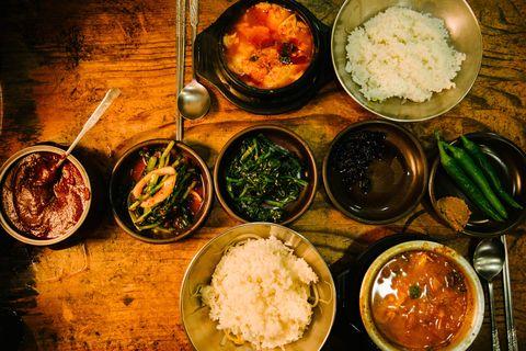 <p>          韓國的早餐也是從白飯開始,配著豆芽菜、泡菜還有大醬湯,但一早如果要趕著出門,海苔飯捲和乳酪土司也是熱門選擇,但每個人手上通常都會拿著一杯咖啡。  </p>