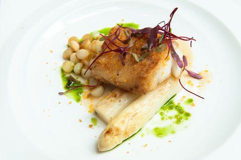 爐烤鱈魚襯當季白蘆筍及烏魚子佐魚骨醬汁