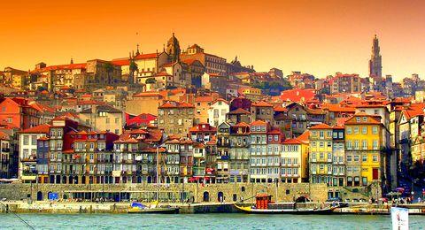 <p>波爾圖為葡萄牙的一個港口城市,其中獨特的建築風格、悠閒的生活步調總是讓人著迷,沿岸色彩繽紛房子層層堆疊,構成另一種建築風情,也是這座城市的特色之一。 其中波爾圖市中心的卡爾莫百年教堂,最能代表葡萄牙建築特色,藍色和白色的瓷磚填滿整面牆,將葡萄牙的瓷磚建築特色發揮得淋漓盡致。<br></p>