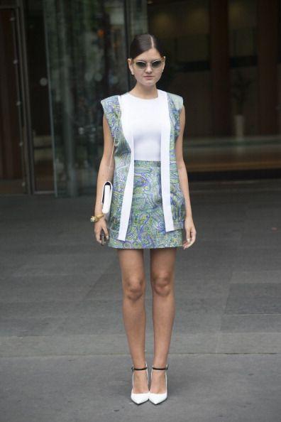 <p>穿著自己設計的數位印花無袖背心夾克與短裙,搭配Miu Miu的漸層色墨鏡以及Jimmy Choo的尖頭高跟鞋,再俐落揹上Roger Viver 的白色肩背包,她的穿搭帶有異國情調與未來感的碰撞。  </p>
