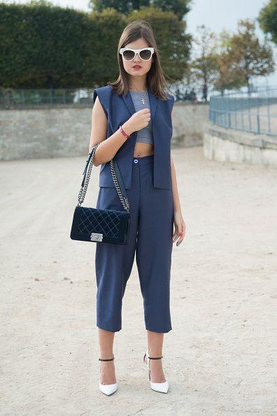 <p>          她設計的深藍色套裝簡單優雅,American Apparel的灰色crop top、 Chanel的深墨綠色鏈帶包、Prada白框墨鏡以及Jimmy Choo的尖頭鞋,儼然是一套都會女性的時尚指標穿搭。  </p>