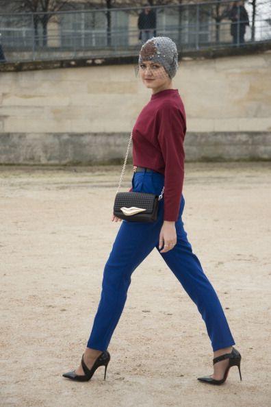 <p>Pinko的酒紅色長袖上衣搭配Topshop 的寶藍色長褲,是帶有高貴感的配色,腰帶更讓搭配俐落且完整。Carmen Cita Jones的帽子上的面紗設計給了她神秘的魅力氣息,Christian Louboutin的黑色尖頭高跟鞋也增添了一股氣勢。  </p>