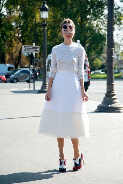 <p>          上衣與裙襬的蕾絲細節讓白色單品更添高雅,臉上的圓形墨鏡配上這優雅造型多了一些俏皮的復古氛圍。  </p>