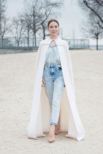 <p>一身淺藍色的丹寧搭配,腳踩裸色高跟鞋延長腿部線條,白色的長斗篷展現她淡雅高貴的女王造型。  </p>