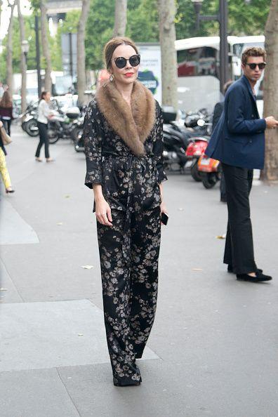 <p>黑色連身褲配上低調的花卉圖案,簡單卻不減她的氣勢,皮草讓她更顯低調奢華。  </p>