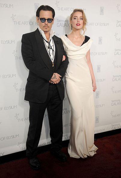 <p>Amber Heard穿著胸前有垂墜感設計的Dior白色禮服,搭配上她經典紅唇與復古髮型,而Johnny Depp選擇黑色西裝與之做對比的搭配,他配戴的項鍊裝飾透露出他一貫的隨性風格。  </p>