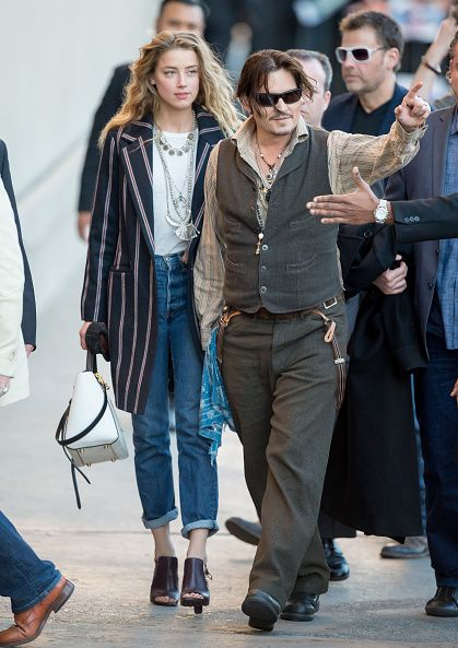 <p>Amber Heard七分boyfriend's jeans搭上條紋風衣與咖啡色高跟鞋,看來輕鬆優雅,而Johnny Depp也在西裝背心裡穿上淺色條紋襯衫,展現了巧妙了情侶裝技巧。而兩人的穿搭裡也都添加了略微的波西米亞風,Amber Heard的波浪捲髮搭配銀飾長項鍊,而Johnny Depp除了經常配戴的長項鍊,也在腰間掛了一條藍色絲巾。  </p>