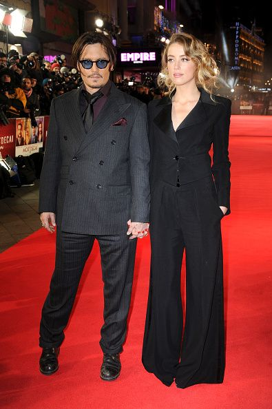 <p>以深V翻領西裝搭配喇叭褲,Amber Heard完美駕馭了紅毯上的褲裝,典雅又氣勢十足。Johnny Depp的襯衫選擇了在男性身上少見的紫紅色,西裝口袋又塞了一條紫紅色的手帕,頗有復古紳士味。  </p>