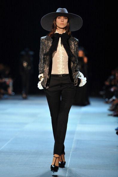 <p>Hedi Slimane在Saint Laurent 首次的時裝發表是當年時尚圈的一大要事,他也不負眾望的為Saint Laurent 寫下嶄新的一頁。所有模特兒都頂著寬沿帽出場,只露出神秘的半張臉,宛如一場時尚女巫集會。</p>