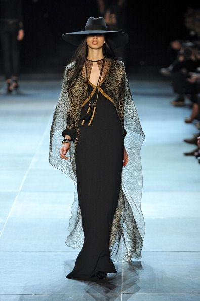 <p>          配上品牌經典元素:薄紗、動物紋、極為合身的Le Smoking,處處都看得到Yves Saint Laurent的影子,然而Hedi Slimane同時將自我精神完美注入:華麗、搖滾、嬉皮、性感,是集合伍斯塔克與摩洛哥精神的巴黎。這場時裝秀從此打開了Saint Laurent的Hedi Slimane時代。  </p>