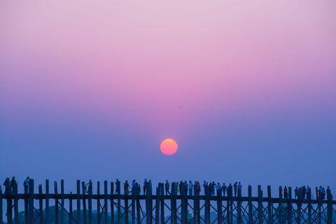<p>緬甸烏坪橋的夕陽不時會出現紫色漸層的夕陽,連當地居民都會聚集欣賞。</p>