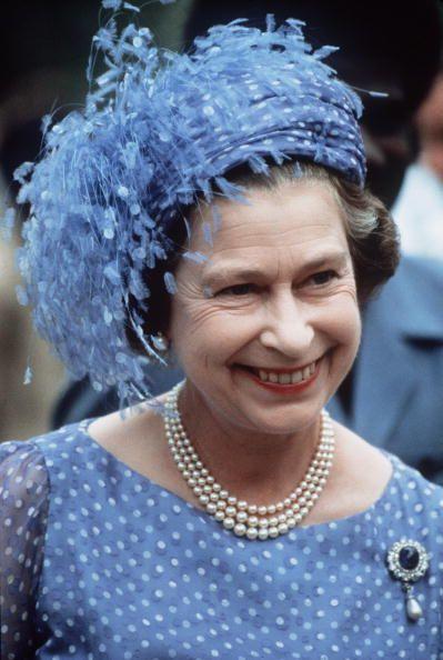 <p>年輕時女王的帽子和現在比起來略為華麗誇張,此頂藍底白點搭配上羽毛的帽飾非常搶眼,藍色長羽毛占了帽子的大面積,輕輕搖動就能抓住全場目光。</p>