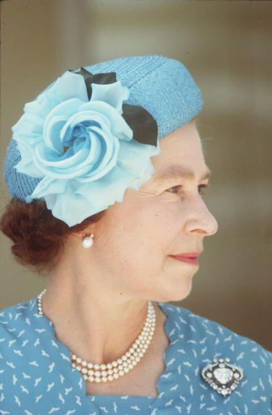 <p>挑選了一頂藍色小圓禮帽,側邊裝飾上一朵藍色大花,簡單素雅就能展現清新雅致氣氛。</p>