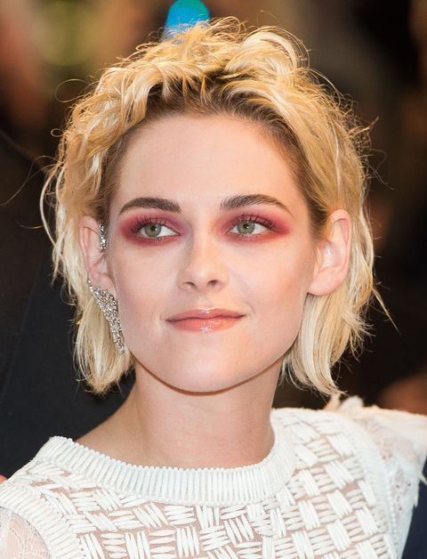<p>因《暮光之城》系列電影聲名大噪的暮光女Kristen Stewart,此次坎城展現其多變風情,換上多種不同的妝髮,而此鮮豔大方的紅色眼影落在其淨白臉龐,無疑是向「暮光女」此封號致敬的最佳妝容!</p>