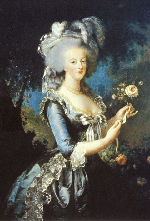 <p>法國女皇最著名的是她創造個人專屬面膜,時至今日,仍有部分法國女性使用。想知道成分是什麼?很簡單!2湯匙的白蘭地、1/3杯奶粉、1顆蛋的蛋白,以及1顆檸檬榨成的檸檬汁;白蘭地可以增加肌膚代謝循環與緊緻毛孔,蛋白能夠修護肌膚組織,奶粉中的乳酸幫助溶解含壞死細胞的皮脂,檸檬酸則可去除老廢角質。</p>