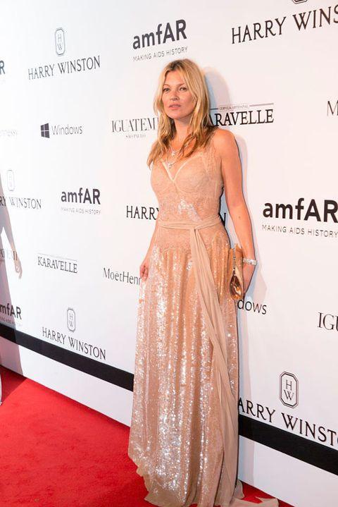 <p>2015 amfAR在巴西舉行的慈善晚宴,她穿了Givenchy香檳色禮服,再配上金色手拿包,超模將同色調穿搭功力發揮至極。</p>