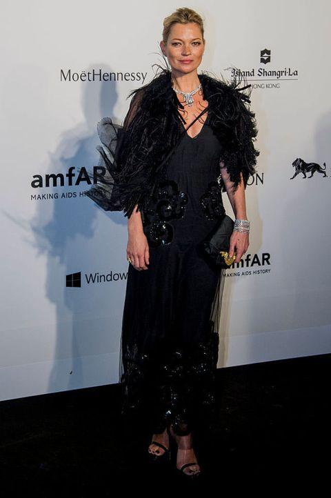 <p>2015 amfAR位於香港的慈善晚宴,她選擇了Marc Jacobs 2015秋冬系列的洋裝,外罩皮草,搭上Harry Winston的頸鍊,更顯華麗。</p>