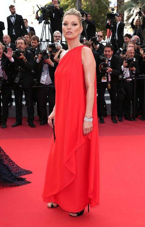 <p>今年的坎城影展,Kate Moss身穿Halston 紅色復古削肩禮服,配戴Chopard首飾,一代超模一現身仍舊是場上吸睛焦點。</p>