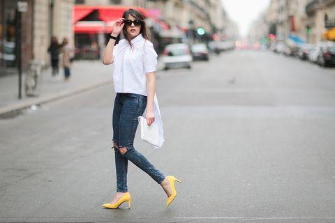 <p>白色永遠是夏日首選,搭上鮮亮的黃色高跟鞋,令整體造型更加輕盈。</p>