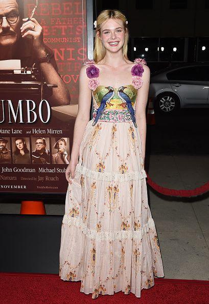 <p>這件碎花雪紡長禮服十分甜美清新,粉紫色的立體花肩帶與碎花彰顯她可愛小女孩的一面,禮服上的刺繡細緻浪漫,整體宛若清新花園,百花齊放,與她的氣質融為一體。</p>