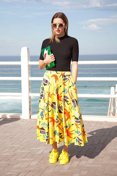<p>飾品設計師Poppy Lissiman用長裙鮮豔的顏色和印花圖案,及趣味手拿包,點亮夏日悶熱的午後。</p>