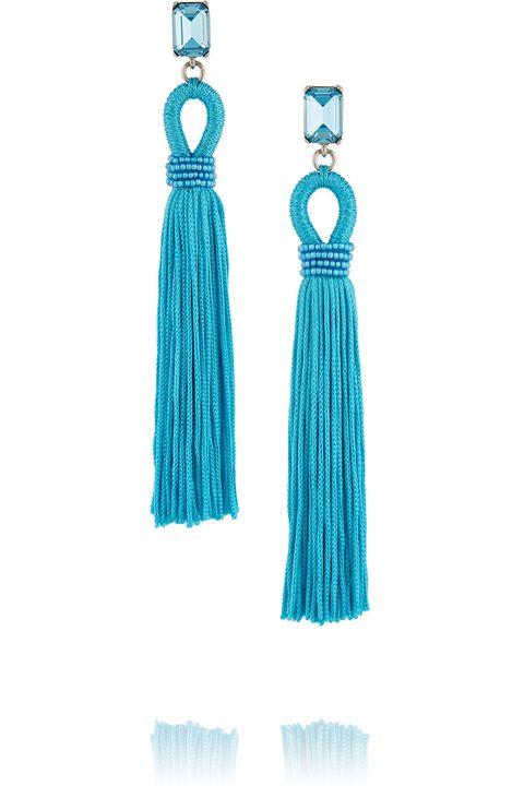 <p><strong>正藍流蘇夾扣式耳環,約NT$14,800,Oscar De La Renta at Net-A-Porter。</strong></p><p>IN:土耳其藍絕對是夏日必備色,清澈的藍平衡流蘇耳環的過份華麗,濃濃度假味兒要女人出走也盡顯美麗。</p><p>OUT:綴有金蔥的流蘇耳環。</p>