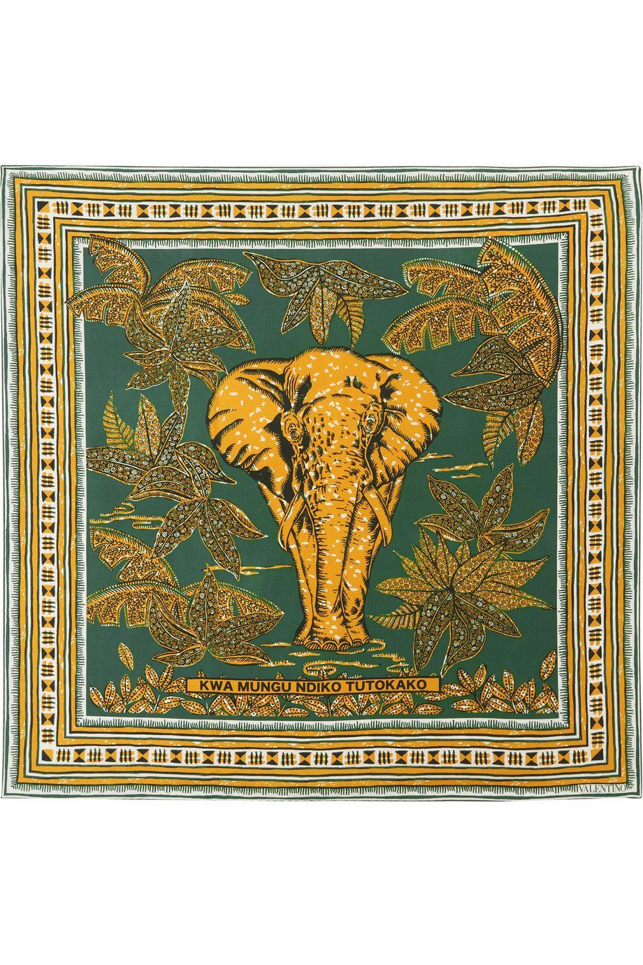 <p>大象真絲斜紋方巾,約NT11,230,Valentino at Net-A-Porter。</p>
