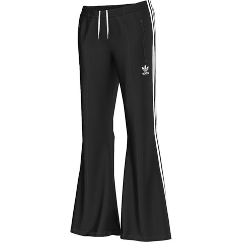 <p>喇叭休閒運動褲,NT2,490,Adidas。</p>