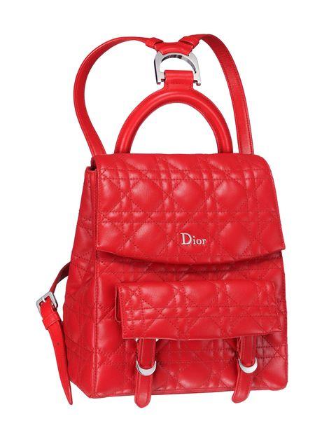<p><strong>正紅格紋後背包,NT$77,000,Dior。</strong></p><p>IN:格紋縫線的高度細緻,這回交由正紅重新詮釋,大膽且深具質感的背包,無論日常工作或長途旅行都能輕鬆上路。 </p><p> OUT:尼龍材質的後背包。</p>