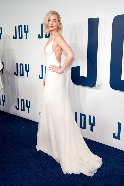 <p>俐落的剪裁凸顯身材線條;低胸及大露背讓她散發性感氣質,沒有過多的裝飾與強烈的妝容,Dior的白色長禮服讓她展現同她性格般的直率清新。</p>
