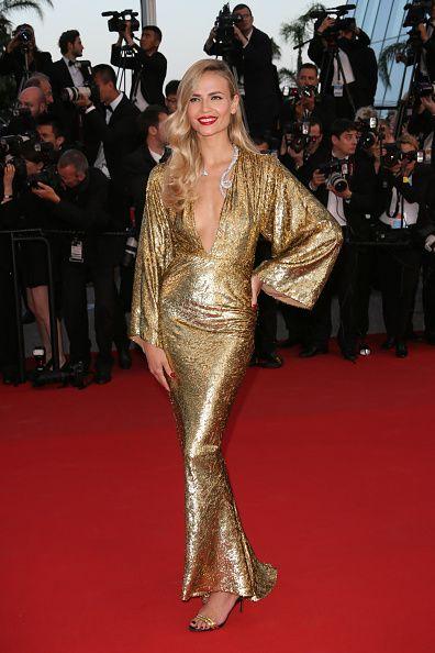 <p>Michael Kors的訂製長袍禮服,華麗別緻,與她的金髮相互輝映。寬鬆的袖口與胸口的深V設計讓貴氣中帶有一絲慵懶性感。  </p>