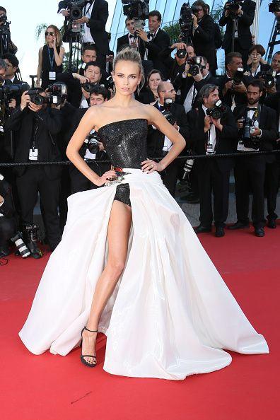 <p>穿上Versace的衣服,撐不撐得起來就看有沒有一股氣勢。而她從大裙擺裡將長腿一伸,證實了沒有人能將這件禮服駕馭得比她更好。黑色亮片Bodysuit如同她的時尚盔甲,裙擺即使厚重也不減她的俐落感,雙手一插,名模姿態表露無遺。  </p>