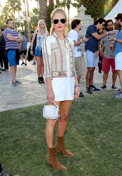 <p>身為音樂祭的常客,Kate Bosworth比任何人都注重細節的精心打扮。白色連身洋裝外的Etro外套,蕾絲材質與圖騰相間,散發濃厚波西米亞味,腳上的Mattise麂皮踝靴佈滿星星裝飾,更顯俏皮。而她的髮型也是經過別出心裁的設計,頭頂上的辮子順著髮線到後腦勺,綁起一個可愛的小包包頭,其餘頭髮則隨性散落,造型師說這個髮型靈感來自於90年代的Grunge Chic(頹廢風格)。  </p>