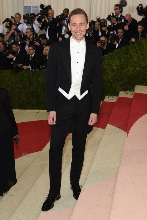 <p>在2016 Met Gala上他選擇了Ralph Lauren的晚禮服,衣襬的剪裁與燕尾服式的設計拉長了腿部線條、更顯高挑修長,配上與襯衫同色的白領結增添趣味性與驚喜感。</p>