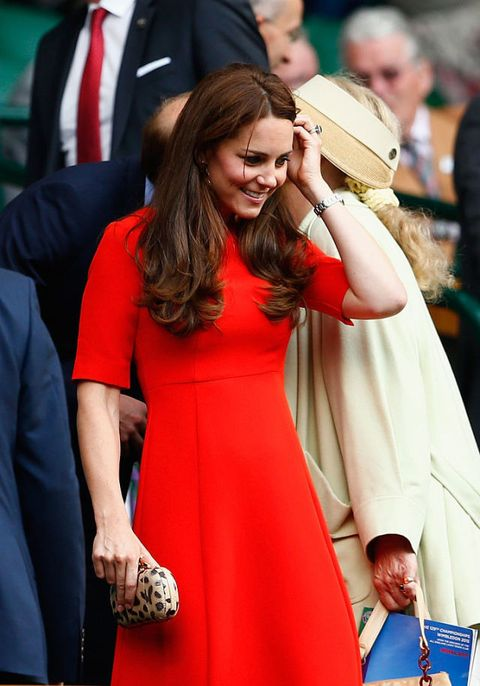"<p>現今英國王妃Kate Middleton,當然不會錯過有指標性代表的溫布頓。身著英國品牌L.K. Bennett紅色五分袖及膝A字洋裝<span class=""redactor-invisible-space"">,肩膀及腰身透過打褶修身,五分袖級中長裙的設計,完美詮釋皇室女性氣質。</span></p>"