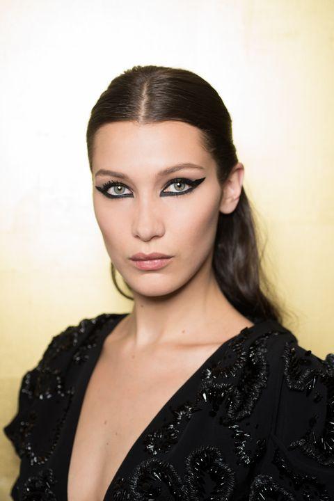 <p>Peter Philips 在Dior創造了強烈的幾何眼線。運用黑色或金色打造奪目眼妝。</p>