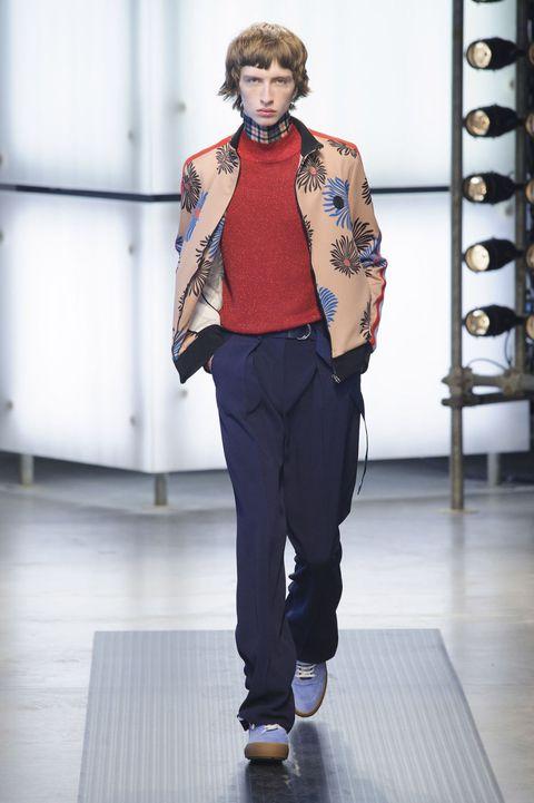 <p>整體服飾多選用絲綢、雪紡等軟材質,走動時服飾隨著步伐擺動,更凸顯出服飾柔美的曲線。</p>